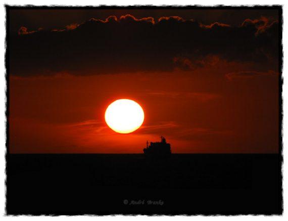 """Tidpunkten när solens """"verkliga"""" mittpunkt står vid den matematiska horisonten."""